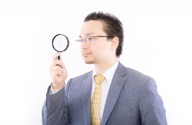 企業の返済能力を分析する銀行マン