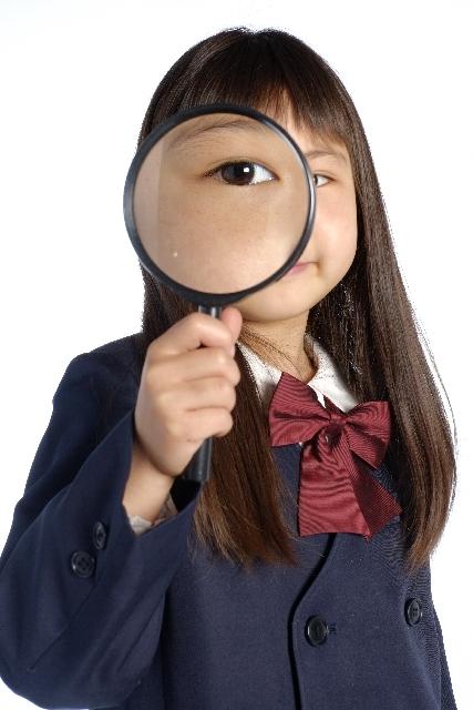 調査する人